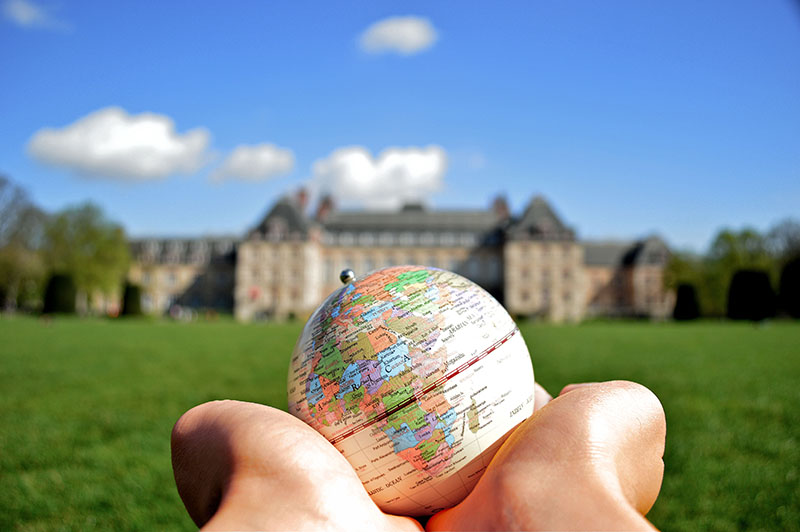 2eme prix - Holding_the_world_in_their_hand