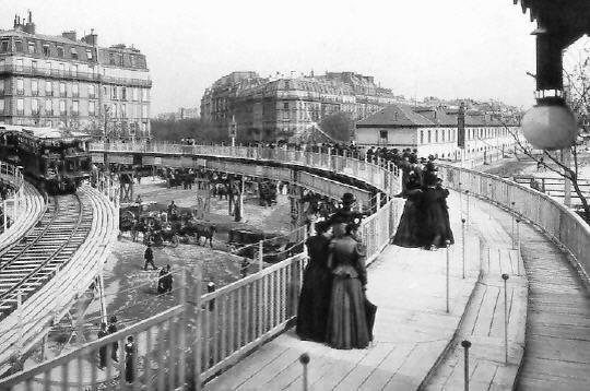 Conçu par les ingénieurs Schmidt et Silsbee, inventeurs du trottoir roulant en 1893 à Chicago lors de l'Exposition universelle.