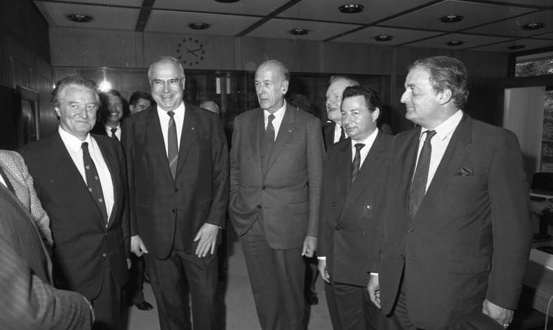 Roland Dumas en compagnie des présidents Valéry Giscard d' Estaing et Helmut Kohl à Bonn en 1987