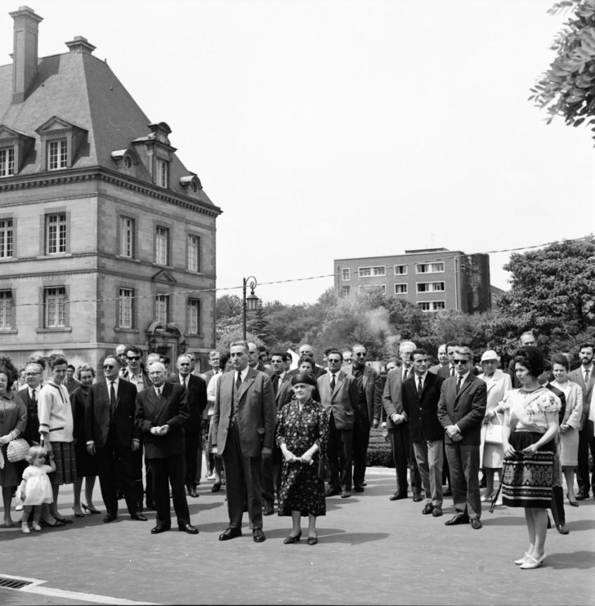 Jean Vaujour en compagnie de Madame Honnorat pour un instant commémoratif envers  Mr André Honnorat