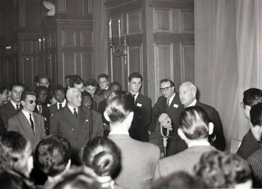 André François-Poncet face à un groupe de résidents