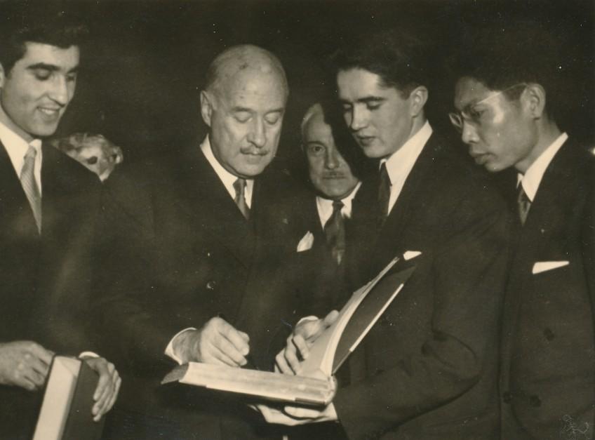 remise d'épé d'académicien à A.François poncet au grand salon de la MI.Poncet signe le livre d'or de la Maison internationale