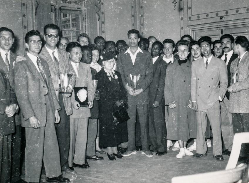 A droite au premier plan : Paul Marcel, fondateur avec son frère de l'ASCUP, en compagnie de Madame Honnorat (au centre), lors de la journée Honnorat (journée de remise des trophées du tournoi inter-fondations)