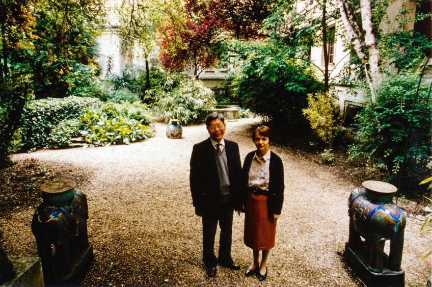 Mr Paul Marcel et sa femme dans le jardin de la Maison des Etudiants d'Asie du Sud-Est
