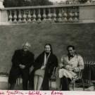Le poète cubain Nicolás Guillén avec le poète haïtien René Depestre et sa femme, au Luxembourg, durant le congrès de 1956