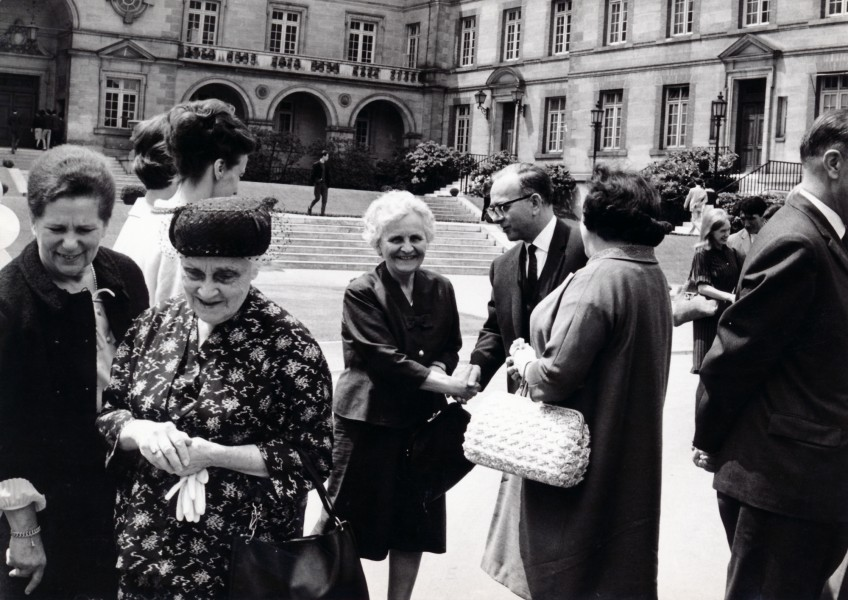 Jeanne Thomas et madame Honnorat (au premier plan), lors d'un rassemblement commémoratif en l'honheur d'André Honnorat