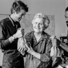 Jeanne Thomas, avec des résidents, préparant la Garden Party (ex-fête de la Cité, organisée par l'Alliance)