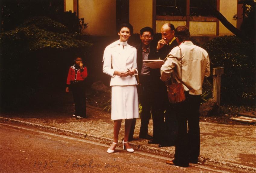 Pierre Balamin devant la Maison du Japon durant le tournage d'Une Cité pas comme les autres